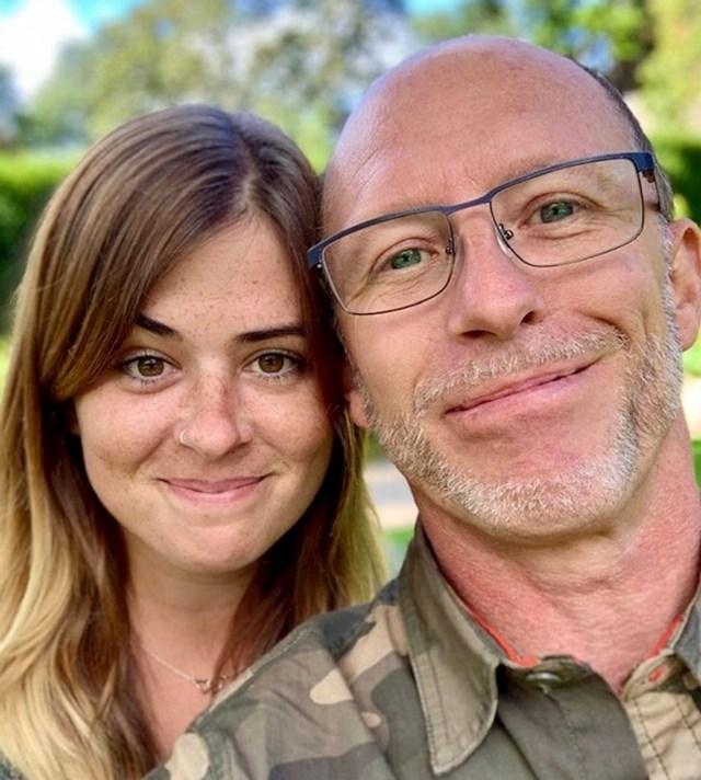 2. Ona ima 29, a on 52 godine.
