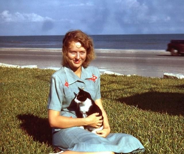 """12. """"Moja baka na plaži, krajem 1940-ih"""""""
