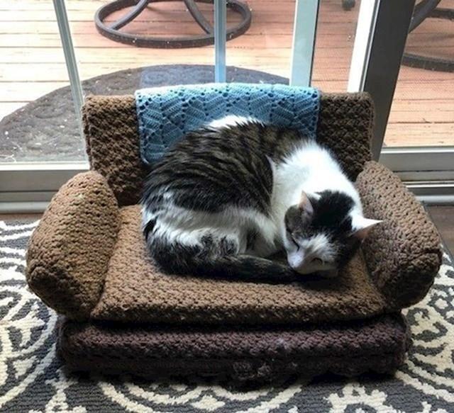 """16. """"Svekrva je našoj maci izradila ovaj predivan krevetić."""""""