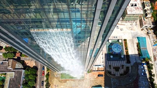 #2 Tvrtka je na jednoj strani nebodera izgradila vodopad visok 350 metara
