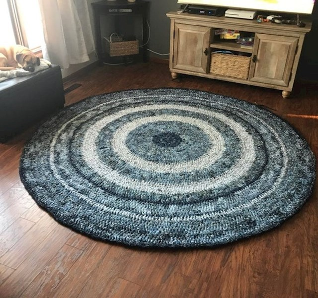 12. Napravila je tepih od starih traperica