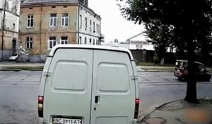 Nadzorna kamera snimila je urnebesan fail ovog smotanog pješaka