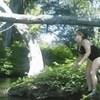 Pokušala je skočiti u rijeku pomoću stabla, ali plan joj je doživio totalni fijasko