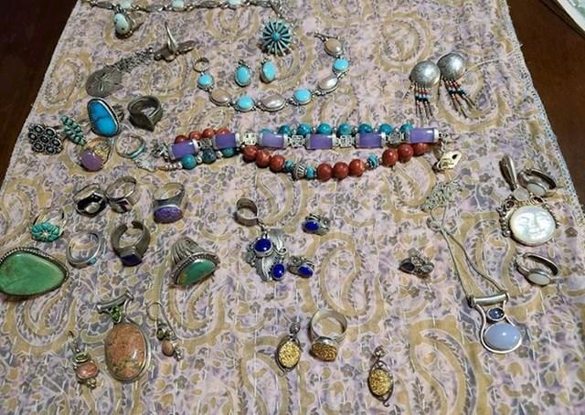 """3. """"Moja kolekcija nakita pronađenog u smeću"""""""
