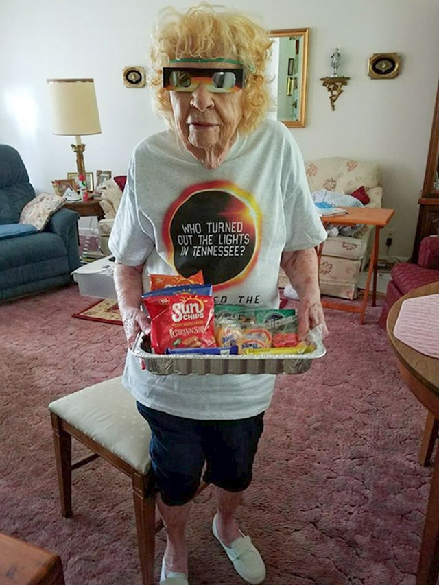21. 105-godišnja baka spremna je za gledanje pomrčine
