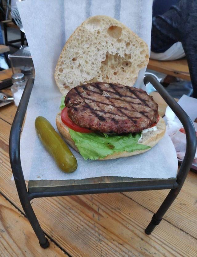 16. Burger koji sjedi na stolici