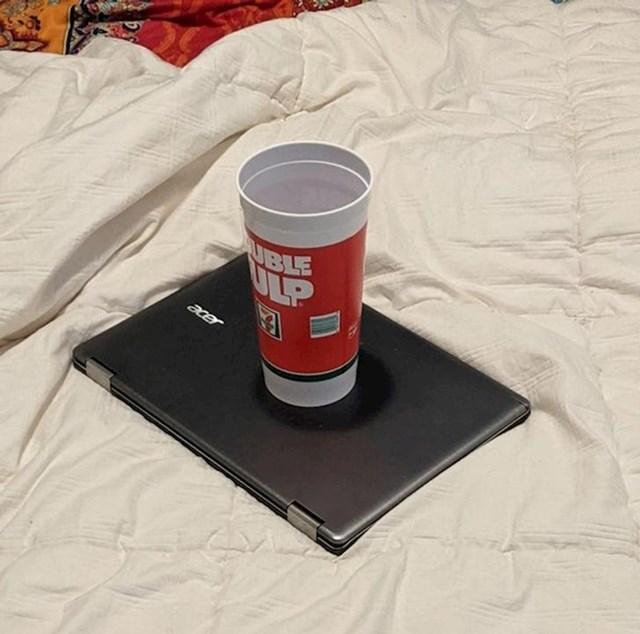 1. Moja cura ostavila je čašu vode na laptopu. Često joj tako zna poslužiti kao tacna...