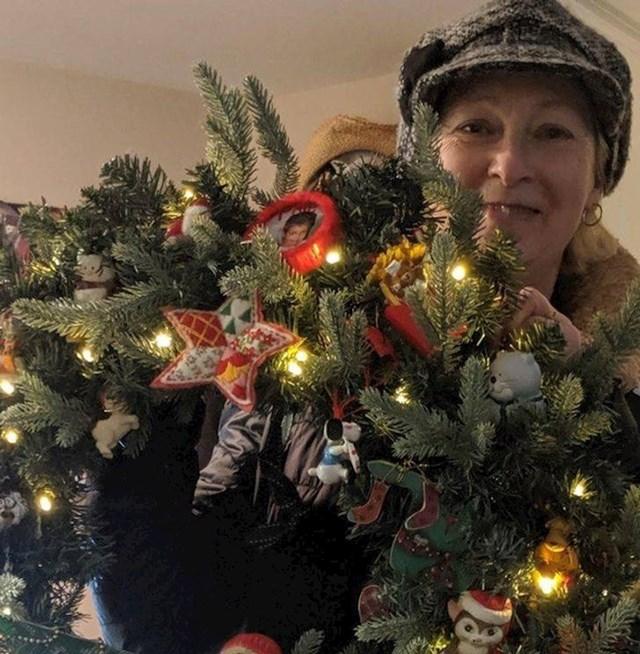 """14. """"Moj stan je premalen za božićno drvce, pa je moja mama napravila vijenac s mojim uspomenama iz djetinjstva"""""""
