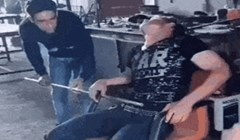 Lik je zaspao na poslu, pa su ga kolege odlučile probuditi na nemilosrdan način
