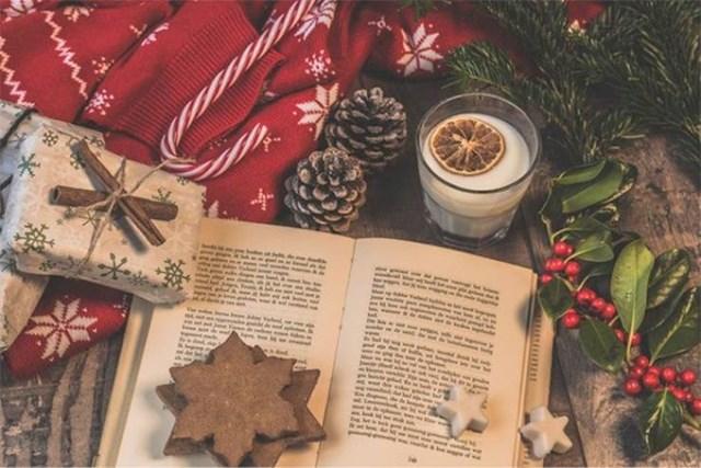 6. Tradicionalni božićni poklon je knjiga.