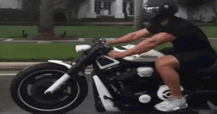 Čini vam se kao da tip vozi nabrijani motor? Pogledajte malo bolje, izgled vara