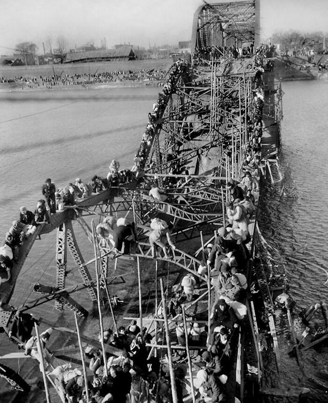 5. 1951. Izbjeglice prelaze preko oštećenog mosta u Koreji