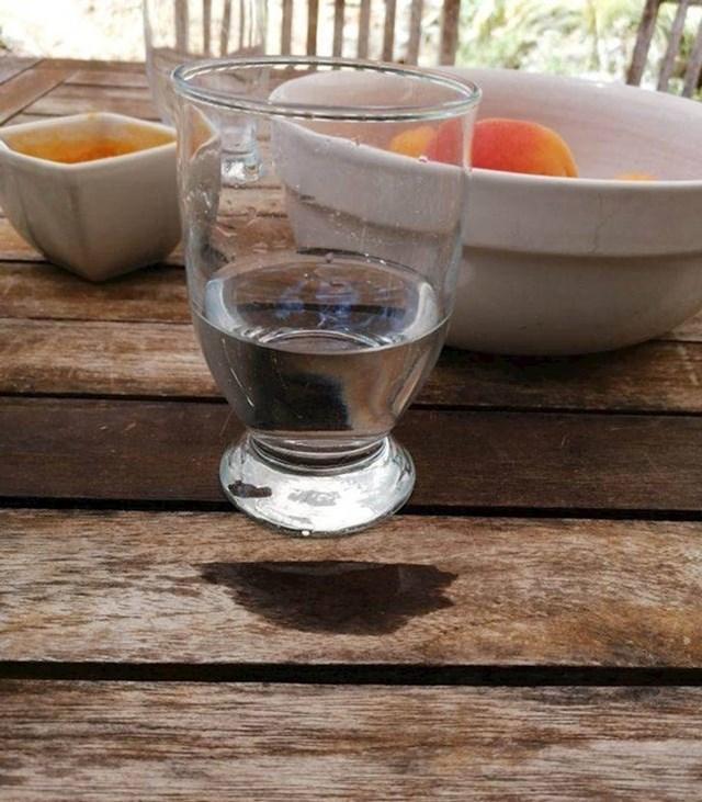 20. Čaša vode izgleda kao da levitira