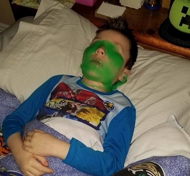 13. Zatekao sam sina kako ovako spava