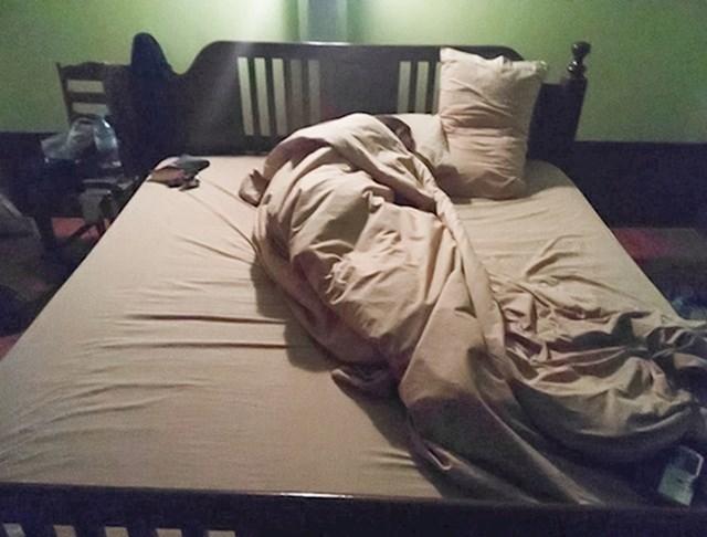8. Ona uvijek ode spavati prije njega i zauzme cijeli krevet...