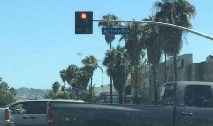 """Usred ceste s gustim prometom jedan čovjek odlučio se provozati u neobičnom """"vozilu"""""""