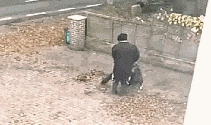 Netko je s prozora snimio urnebesnu scenu s likom koji misli da čisti lišće