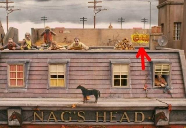 """3. Jedna od najsmješnijih fora u filmu Fantastični gospodin Lisac je to što je svaka prosta riječ zamijenjena s riječju """"psovka"""". Ali možda do sad niste primijetili da je fora toliko duboka da su """"psovke"""" ispisane i kao grafiti."""