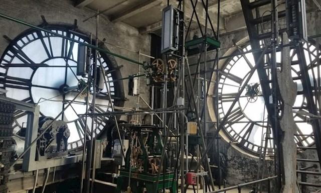 8. Održava velike gradske satove.
