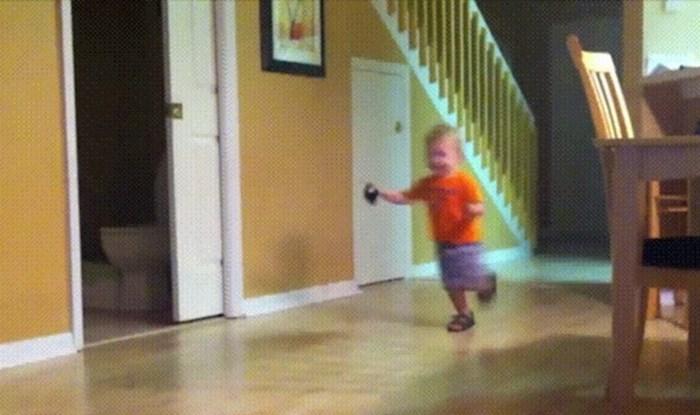 Klinac je veselo trčkarao po kući, ali onda se dogodilo nešto presmiješno