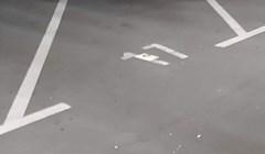 Još jedna parking katastrofa, majstor je malim autom uspio zauzeti tri mjesta