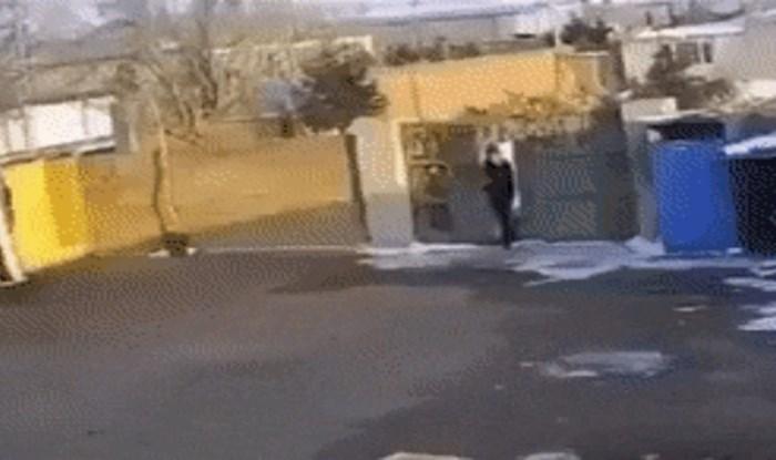 Ušetao je u tuđe dvorište, ali dočekalo ga je iznenađenje zbog kojeg je pobjegao glavom bez obzira