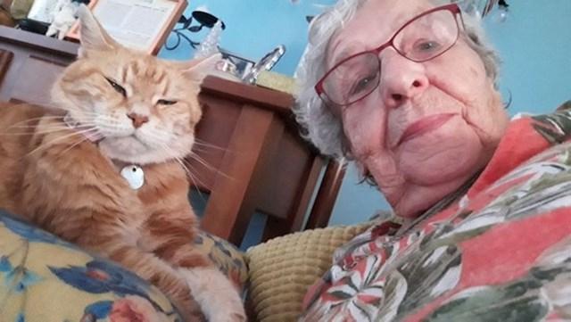 """3. """"Moja 93-godišnja baka obožava mi slati selfije sa svojom mačkom prije spavanja."""""""
