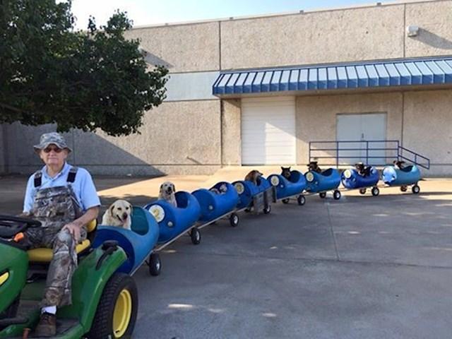 5. Ovaj preslatki djedica spasio je sve ove pse sa ulice. I ne samo to. Napravio im je ovaj vlakić u kojem ih vozi oko zgrade svako jutro.