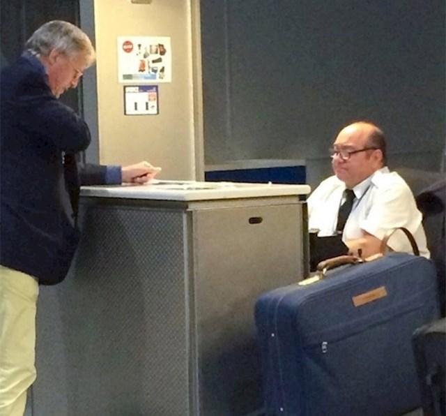 4. Danny DeVito u slobodno vrijeme također radi na check-inu u zračnoj luci.