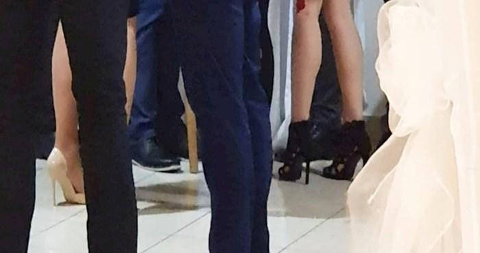 Dalmatinac je neobičnim izborom obuće koju je upario uz sako izazvao salve smijeha na Fejsu