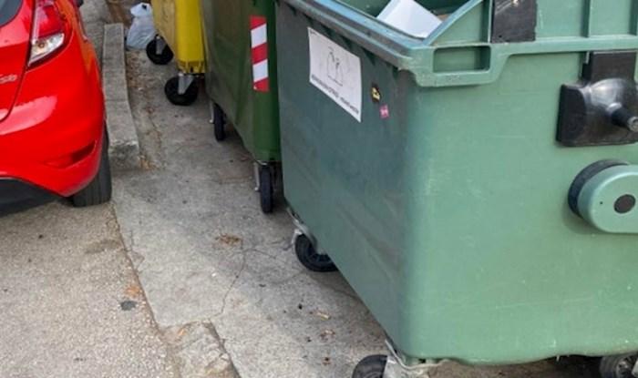 Turist se parkirao tako da je zagradio kontejner za smeće, pa su mu mještani vratili milo za drago