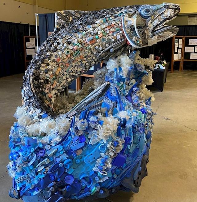 12. Skulptura ribe izrađena od smeća s plaže