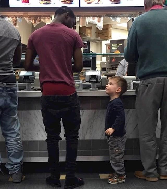 1. Dječak u McDonald'su mu je rekao da su mu pale hlače. Nadamo se da će prestati furati ovu užasnu modu.