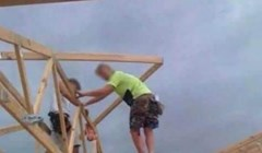 Građevinski radnici nisu imali dovoljno visoke ljestve, pa su problem riješili na sulud način