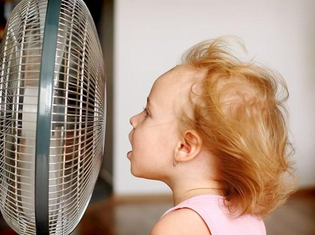 9. Igranje sa ventilatorom koje je uvijek izluđivalo naše roditelje