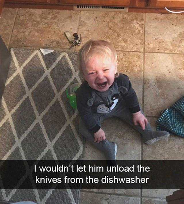 13. Nisam mu dozvolila da vadi noževe iz perilice za suđe.