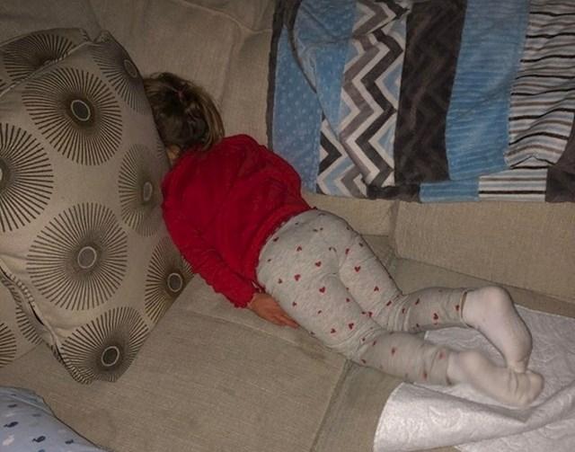 22. Rekla je tati da se želi igrati skrivača.