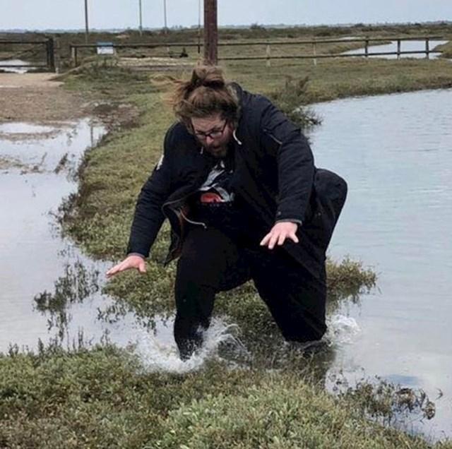 14. U trenutku pada...sekundu kasnije se okupala u hladnoj rijeci.