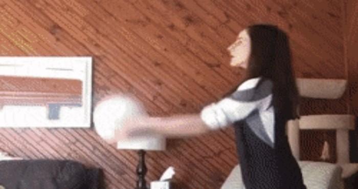 Djevojka se pokušavala zabaviti loptanjem u zatvorenom, pogledajte zašto to nije bilo pametno