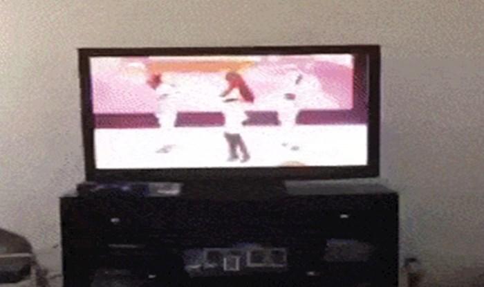 Klinac je prvi put vidio ženu koja izazovno pleše na TV-u, njegova reakcija je sve