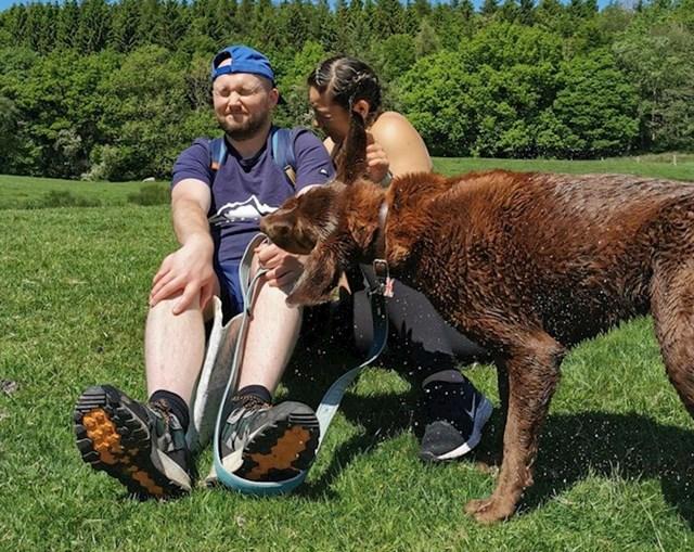 13. Htjeli su slatku fotku s izleta, ali njihov mokri pas imao je druge planove