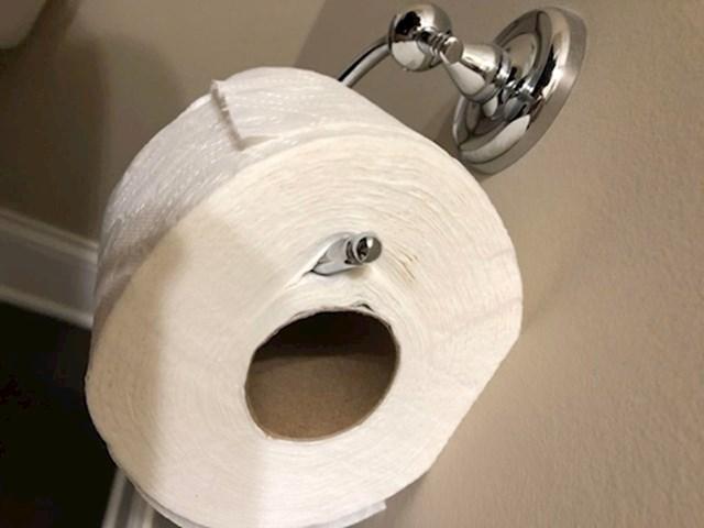 """9. """"Ovako moja žena mijenja role wc papira na držaču."""""""