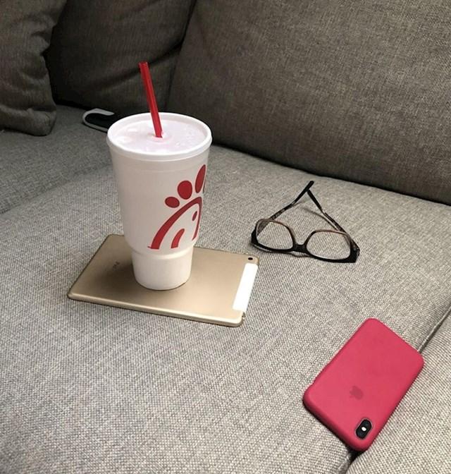 3. Moja žena koristi iPad kao tacnu...