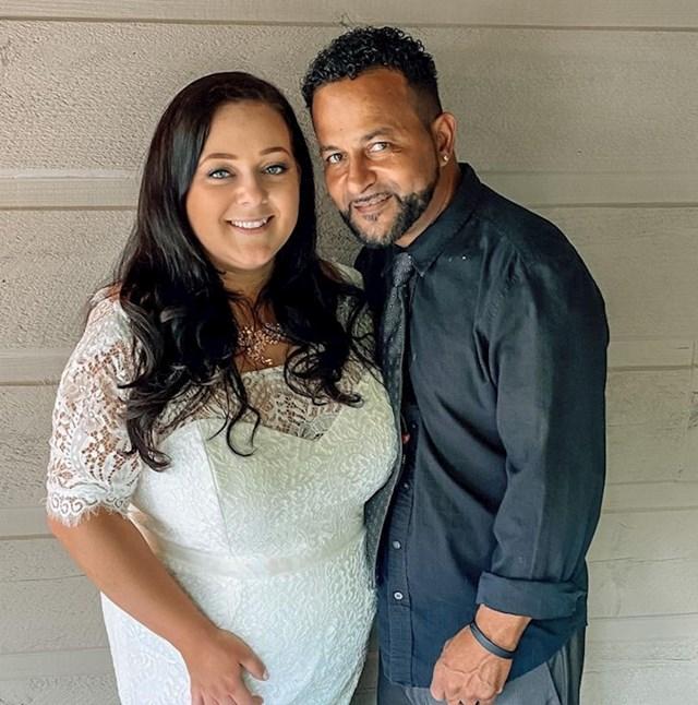 6. Ona ima 32, a on 56 godina.