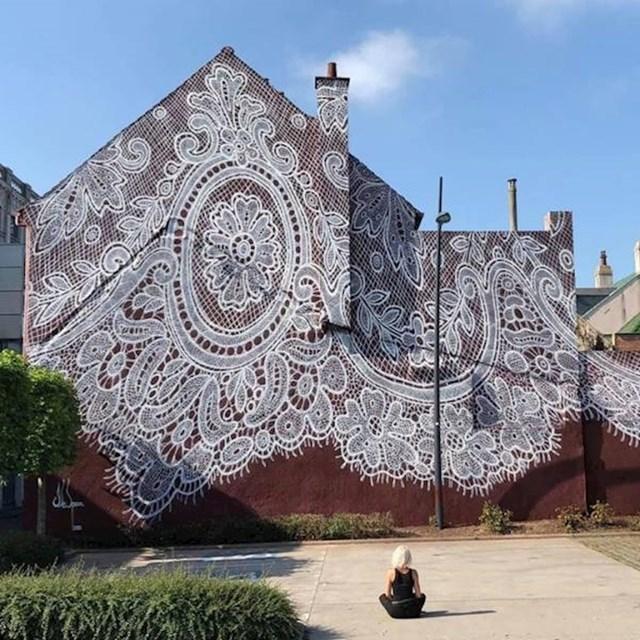 15. Predivan mural španjolske ulične umjetnice koji izgleda kao da je zgrada prekrivena čipkom