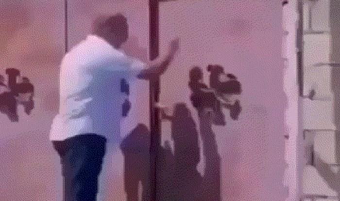 Tip je kucao nekome na vrata, a onda mu je žena pokazala kako se to radi