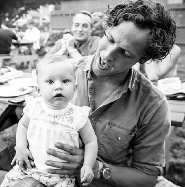 10. Primijetite kako tata u pozadini uživa u pogledu na svojeg sina i njegovo novorođenče.