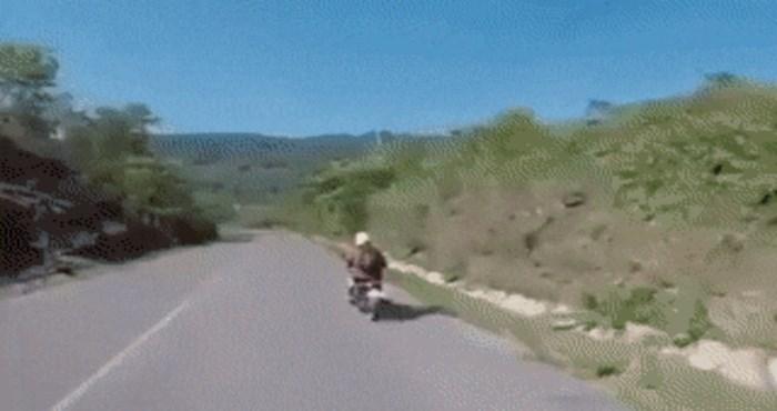 Likovi na motoru pokušali su si dati pet tijekom vožnje, pogledajte zašto je to bila užasna ideja
