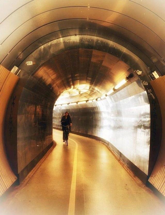 18. Tunel Brunkeberg je 758 metara dugačak prečac za bicikliste i pješake u centru Stokholma.