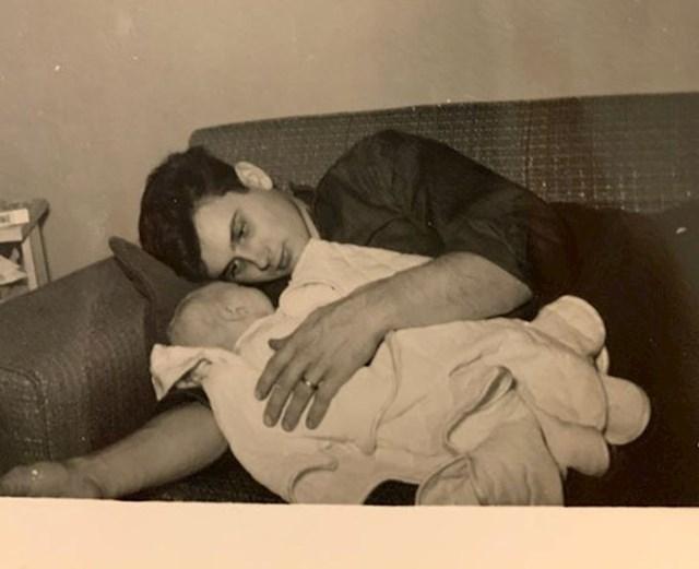 """14. """"Moj djed drži moju mamu, kraj 1950-ih"""""""